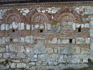 Ο βόρειος τείχος με τα κεραμικά αψιδωτά σχέδια